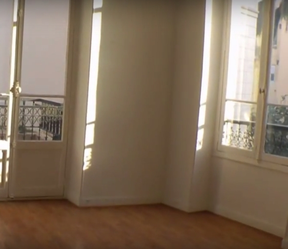 Berény Monaco-i udvara Anthony Burgess régi lakásából is látható a Rue Grimaldi 44. legfelső emeletéről. Burgess anno megvette mindkét emeleti lakást és összenyitotta őket. Ilyen csodás helyeken laknak a disztopikus jövőképeket vizionáló művészek...